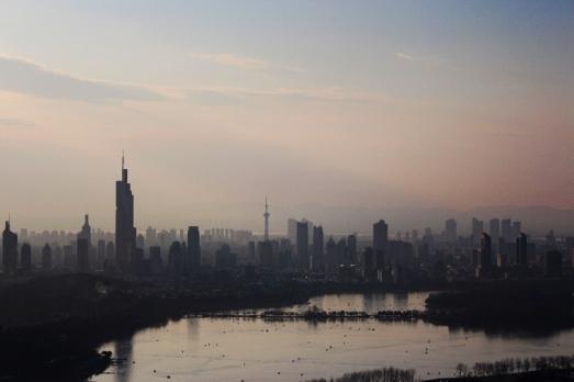 Nanjing und Xuanwu-See versinken im rosa Abenddunst
